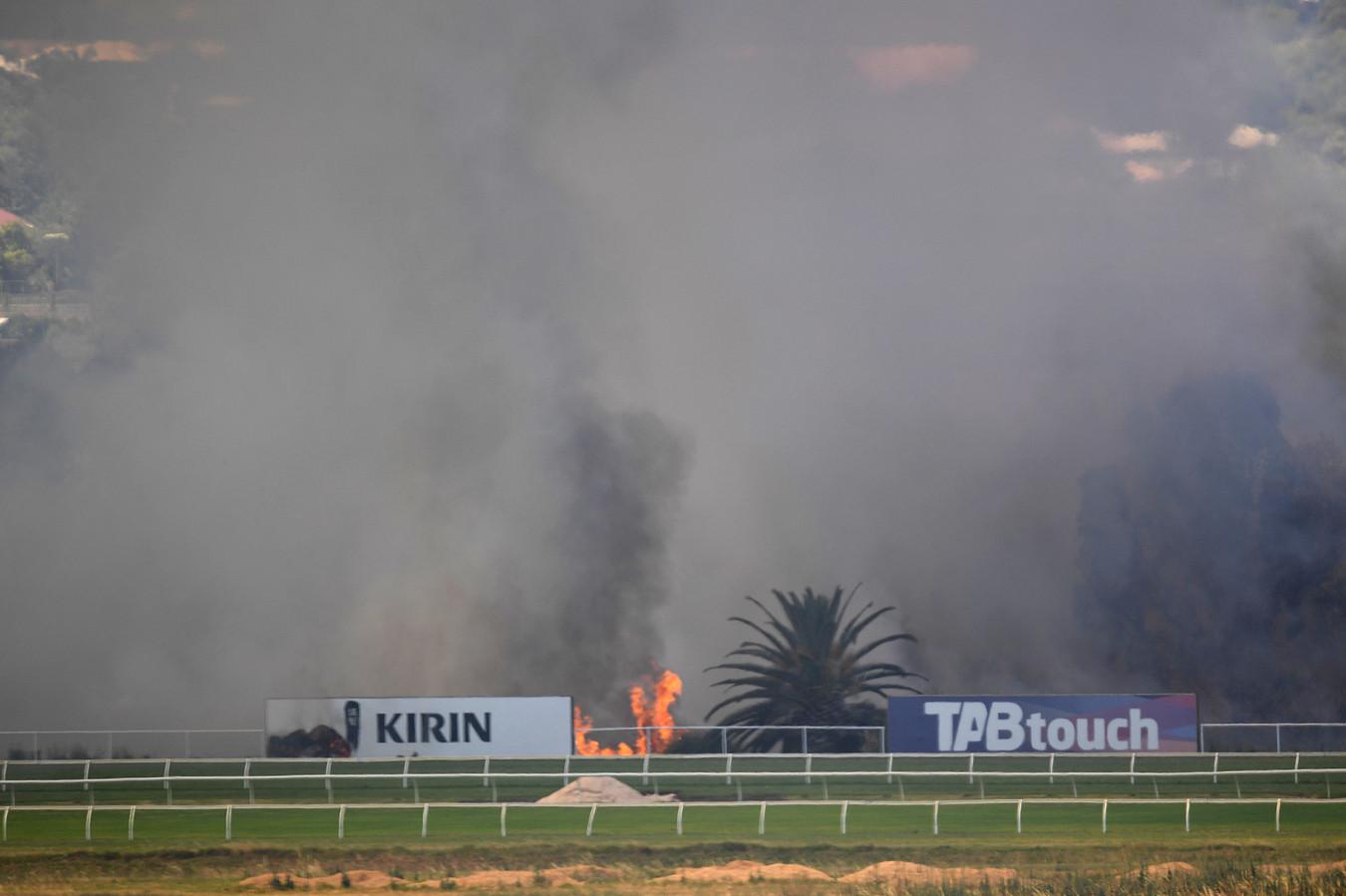 Het gortdroge gras brandde gisteren bij Belmont Racecourse, de paardenracebaan van Perth in Australia.