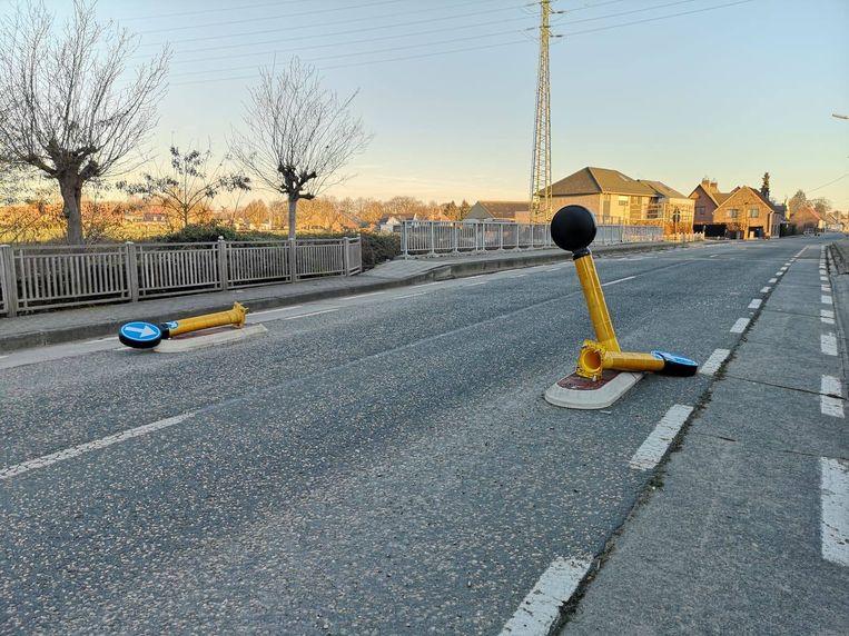 Alle verkeerspaaltjes op de Gentse Steenweg moesten eraan geloven.