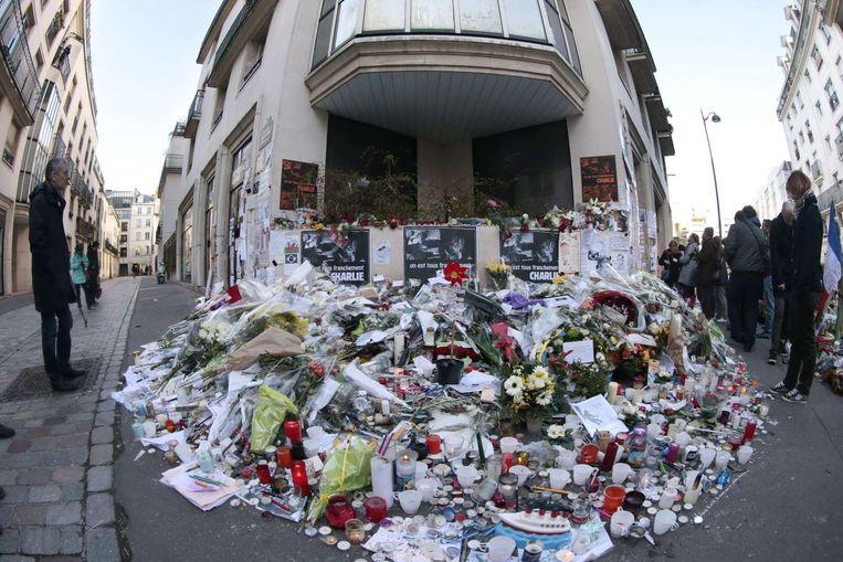 De bloemenzee voor het kantoor van de redactie van Charlie Hebdo. Beeld anp