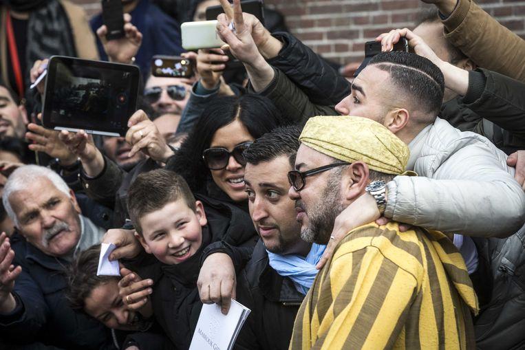 Koning Mohammed VI van Marokko verlaat Nederland na een meerdaags bezoek. Bij vertrek uit zijn hotel gaat hij op de foto met wat fans. Beeld ANP