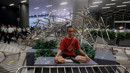 """""""Miljoen"""" mensen op straat in Hongkong: betogers clashen met politie, behalve deze mediterende man"""