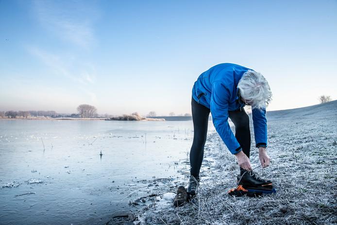 Ferry Hartman, fervent schaatser, bond maandagochtend als eerste de ijzers onder om een paar meter te schaatsen op de Oude Waal bij Nijmegen.