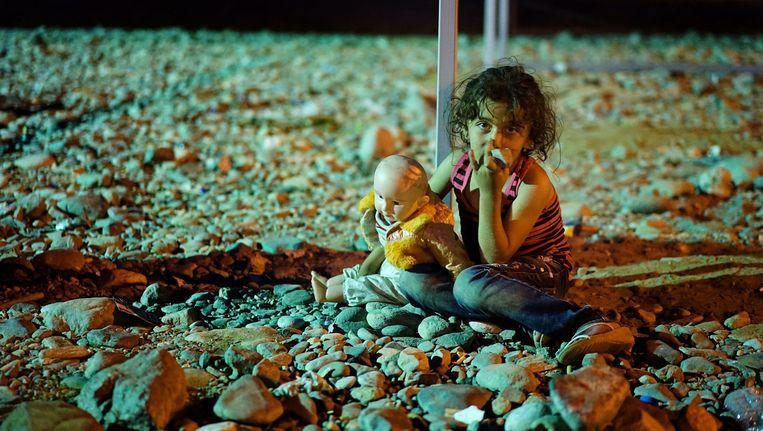 Een kind op de grens tussen Griekenland en Macedonië. Beeld epa