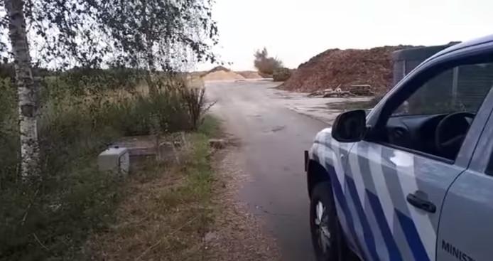 De mortier die de man naar het bureau bracht wordt door de EOD tot ontploffing gebracht.