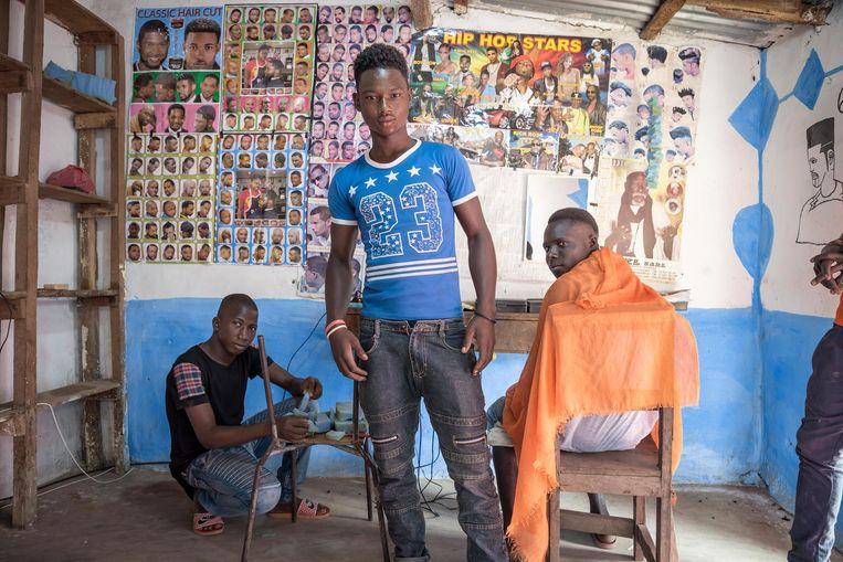 Jongeren in een kapperszaak in het dorpje Pakour. Beeld Sven Torfinn