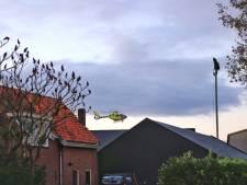 Houten huis valt op man in bedrijfshal in Kootwijkerbroek, traumahelikopter rukt uit