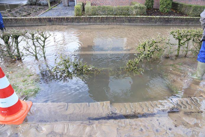 Wateroverlast in Someren na een gesprongen waterleiding.