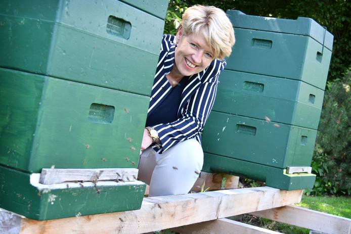 Twee nieuwe bijenkast in de tuin van fractievoorzitter Ursula Bekhuis van Gemeentebelangen/VVD. Overlast van bijen? Helemaal niet, zegt ze.