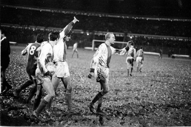 De wedstrijd tussen Ajax en Fenerbahçe in 1968 is vooral historisch geworden door het belabberde veld in Istanbul, dat was veranderd in een modderpoel. Beeld anp
