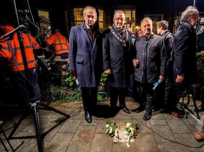Burgemeester Aboutaleb was gisteravond bij de onthulling van de Stolpersteine voor de grootouders van Job Cohen (l).