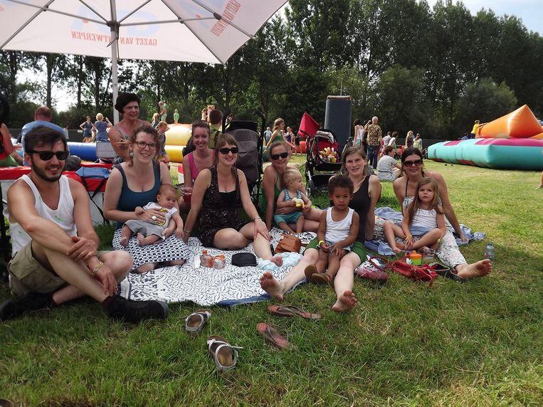 """Karolien Aerts (rechts) en haar vrienden komen ieder jaar met hun gezin naar Sfinks. """"Vroeger kwamen we zonder kinderen tot in de vroege uurtjes. Die uren zijn nu anders, maar het blijft wel leuk."""""""