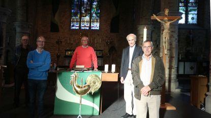 Helemaal bovenop de kerktoren van Beerst staat nu een 'bol'. En die blijft 100 jaar ongeopend