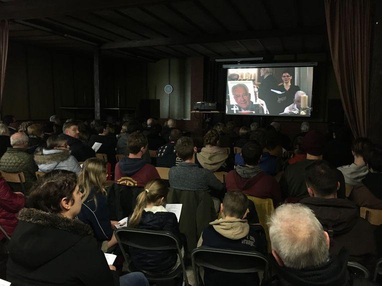 De kerk zat overladen vol. Buiten konden mensen de uitvaart volgen op groot scherm. Net zoals in de parochiezaal.