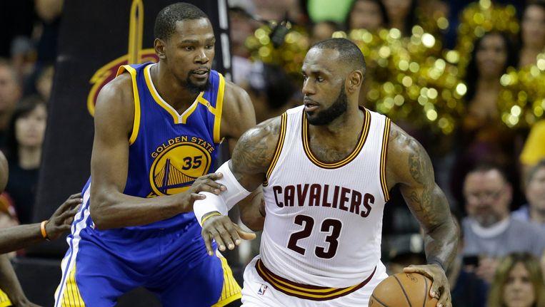 Kevin Durant verdedigt op LeBron James.