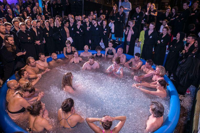 Een nieuwe lichting in het ijsbad, de volgende groep staat al klaar, in een zwarte boksbadjas van Ignition. Hier begint het langzaam op een sekte te lijken. Beeld Amaury Miller