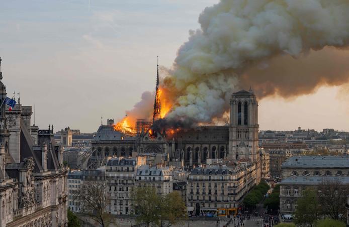 Het vuur vreet zich een weg door het eeuwenoude dak van de Notre-Dame.