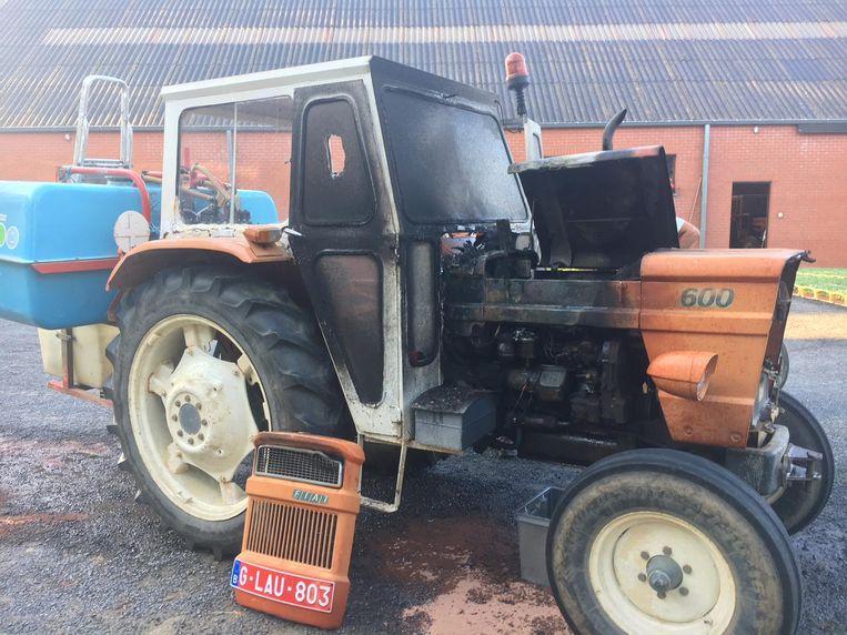 Het motorcompartiment van een tractor op een landbouwerf in de Foncierstraat brandde uit.