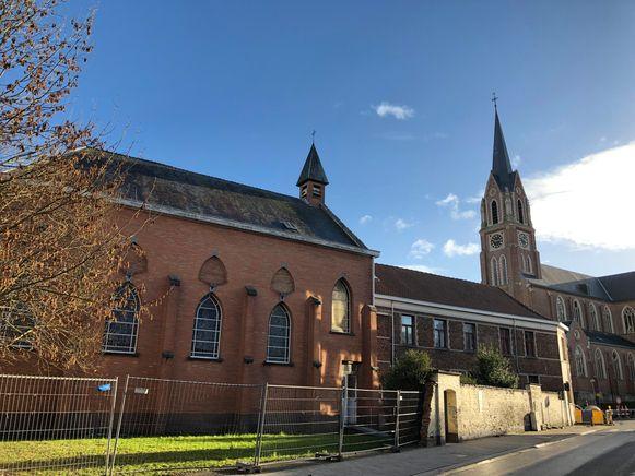 De misvieringen zijn van de Sint-Amandskerk (rechts) verhuisd naar de kapel van de Sint-Jozefsschool (links).