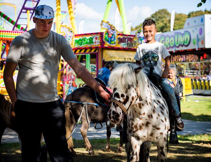 Een pony-ritje is op veel kermissen een traditionele attractie.