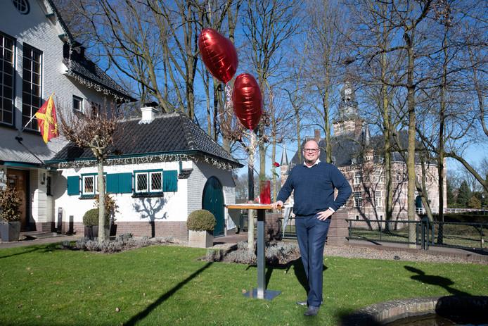 Geert Sanders in de zijtuin van Villa Sterrebosch, met erachter het kasteel. De achtertuin is dé huwelijksplek.