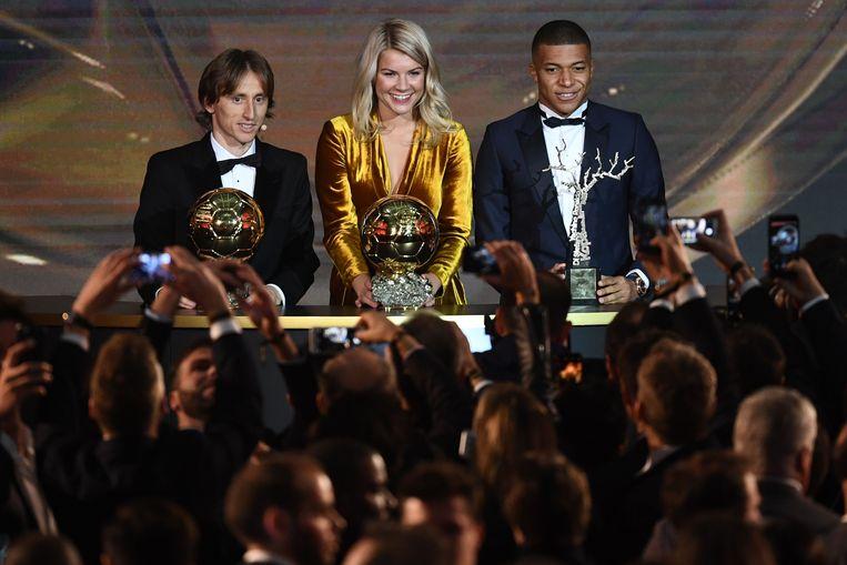De drie laureaten: Modric, de Noorse Ada Hedeberg (beste speelster) en Kylian Mbappé (beste jongere).