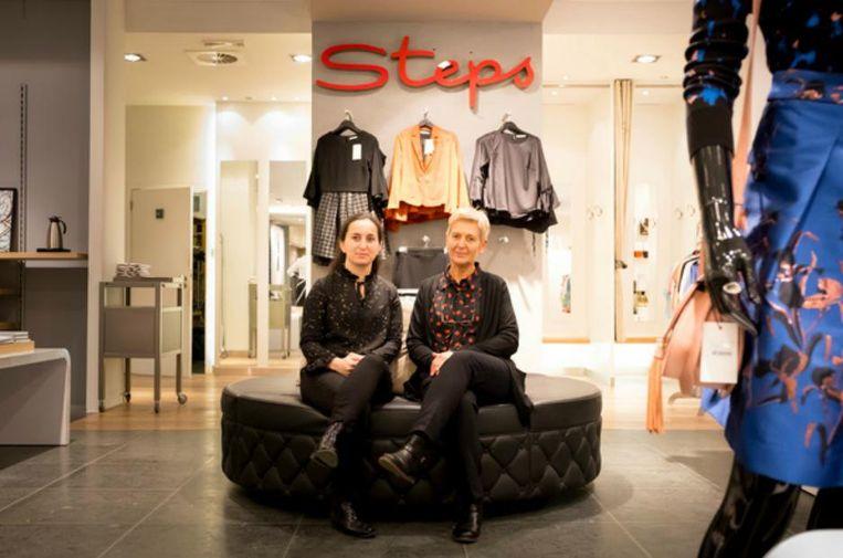 Verkoopsters Karin Beullens en Sevgi Akdeniz bij Steps in de Antwerpsestraat.
