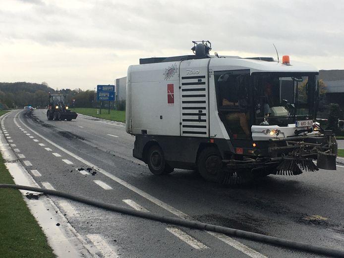 De brandweer kreeg hulp van een veegmachine en bobcat van de stad Menen om het mest/slibspoor langs de Ringlaan op te kuisen.