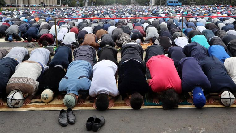 Biddende moslims in Kirgizië. Beeld null