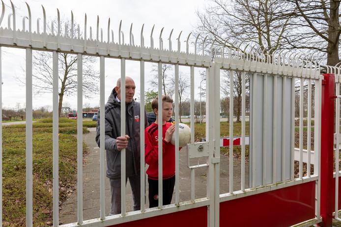 Ook voor Patrick van Soest, vrijwilliger bij de Gorcumse voetbalvereniging Unitas, en zijn zoon Sebas blijven de poorten gesloten.