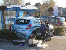 Automobilist richt grote schade aan bij supermarkt in Borculo