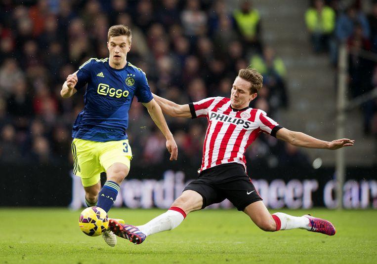 Joel Veltman (L) van Ajax in duel met Luuk de Jong van PSV. De wedstrijd eindigde in 1-3. Beeld anp