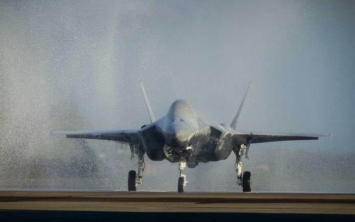 De eerste JSF arriveert op Vliegbasis Leeuwarden en krijgt een douche van schuimoplossing in plaats van water.