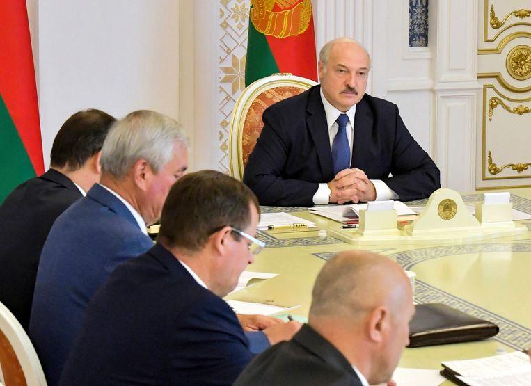 Gebogen hoofden in de vergadering van Loekasjenko's veiligheidsraad. Beeld Andrei Stasevich / AP
