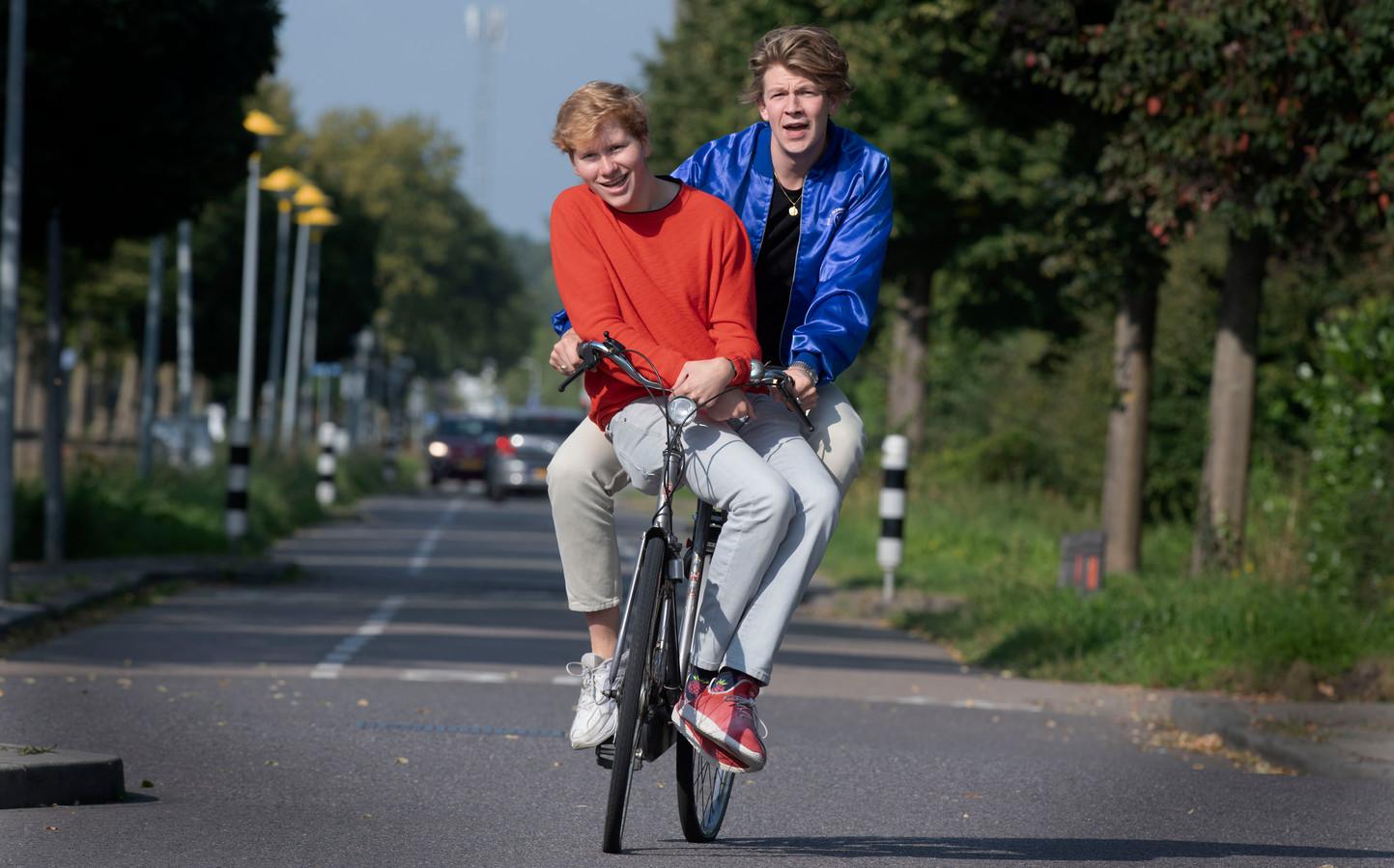Tom van Kessel (blauw) en Maurits van Brakel leerden elkaar pas op de set kennen.