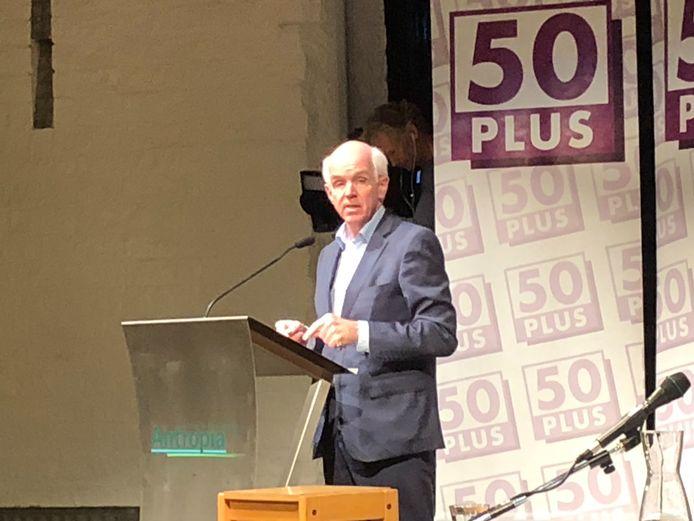 Partijvoorzitter Geert Dales 50plus op de extra ledenvergadering van de partij