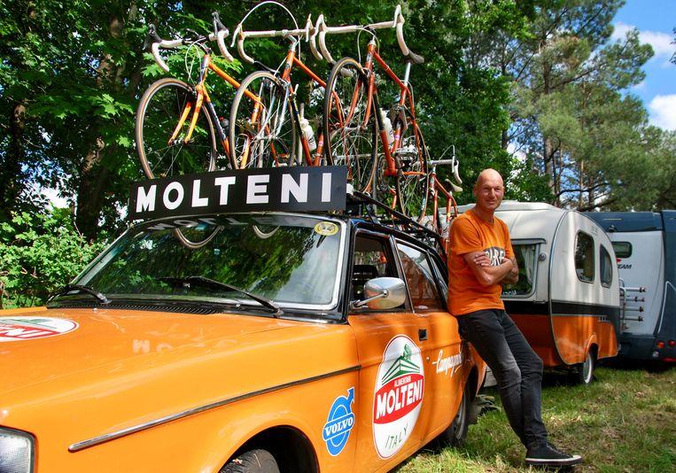 Jo Helsen uit Noorderwijk is met zijn oranje Volvo en dito caravan een bekende cafébaas tijdens de Tour de France.