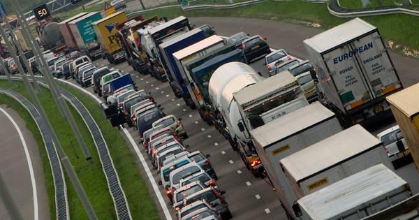 Bijna een uur file op de A1 bij Hengelo door ongeval.