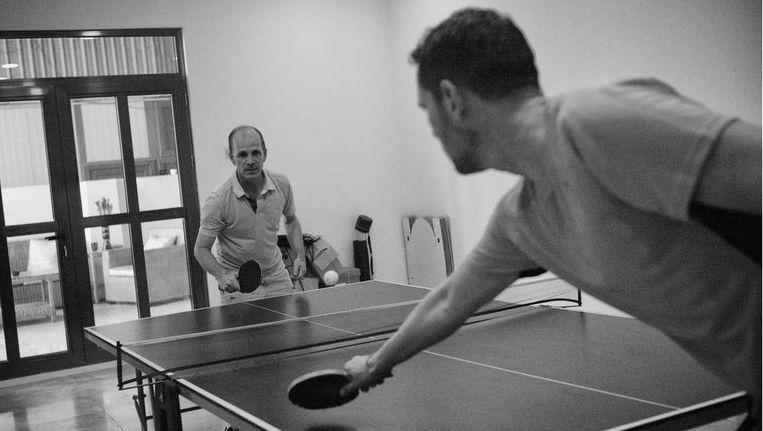 Ambassadeur Jan Waltmans begint de dag met een potje pingpong tegen een van de beveiligers Beeld Eddy van Wessel