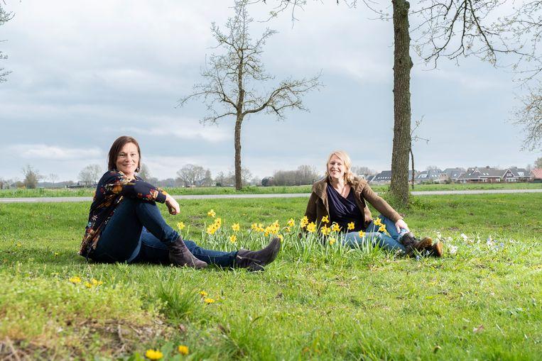 Katja Staring (l) en Nienke Plantinga, auteurs van het boek 'Avontuurlijk tuinieren. Breng leven in je tuin!'. Beeld Sjaak Verboom
