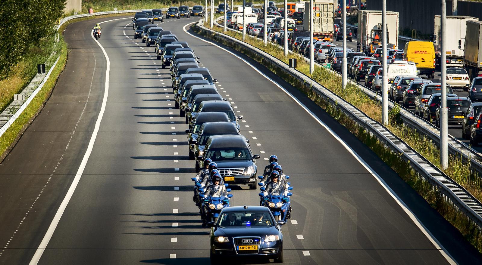 De colonne van lijkwagens rijdt vanuit Eindhoven Airport over de A2 richting Hilversum.