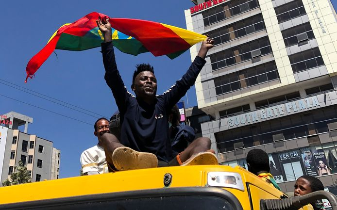 Aanhangers van premier Abiy ondersteunen het regeringsleger tijdens een demonstratie in Addis Abeba.