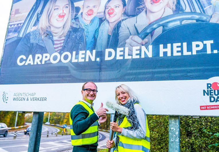 Qmusic-dj Heidi Van Tielen ging vandaag samen met Vlaams minister van mobiliteit Ben Weyts affiches plakken langs Vlaamse wegen voor de carpoolcampagne van Rode Neuzen Dag.
