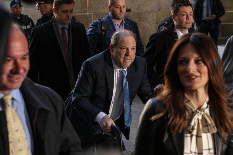 Weinstein arriveert maandag bij de rechtbank in New York. Op de voorgrond rechts zijn advocaat Donna Rotunno. Beeld REUTERS