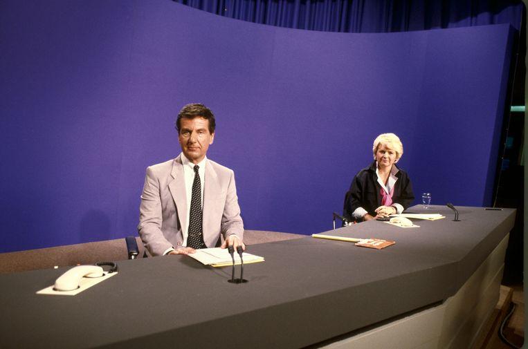 Fred Emmer tijdens een uitzending van het journaal in 1985. Naast hem collega Elleke van Doorn. Beeld ANP