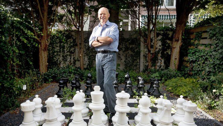 Willem Vermeend in zijn achtertuin. Beeld Guus Dubbelman / de Volkskrant