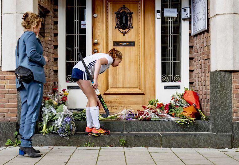 Belangstellenden leggen bloemen bij het kantoor van de doodgeschoten advocaat Derk Wiersum. Beeld null
