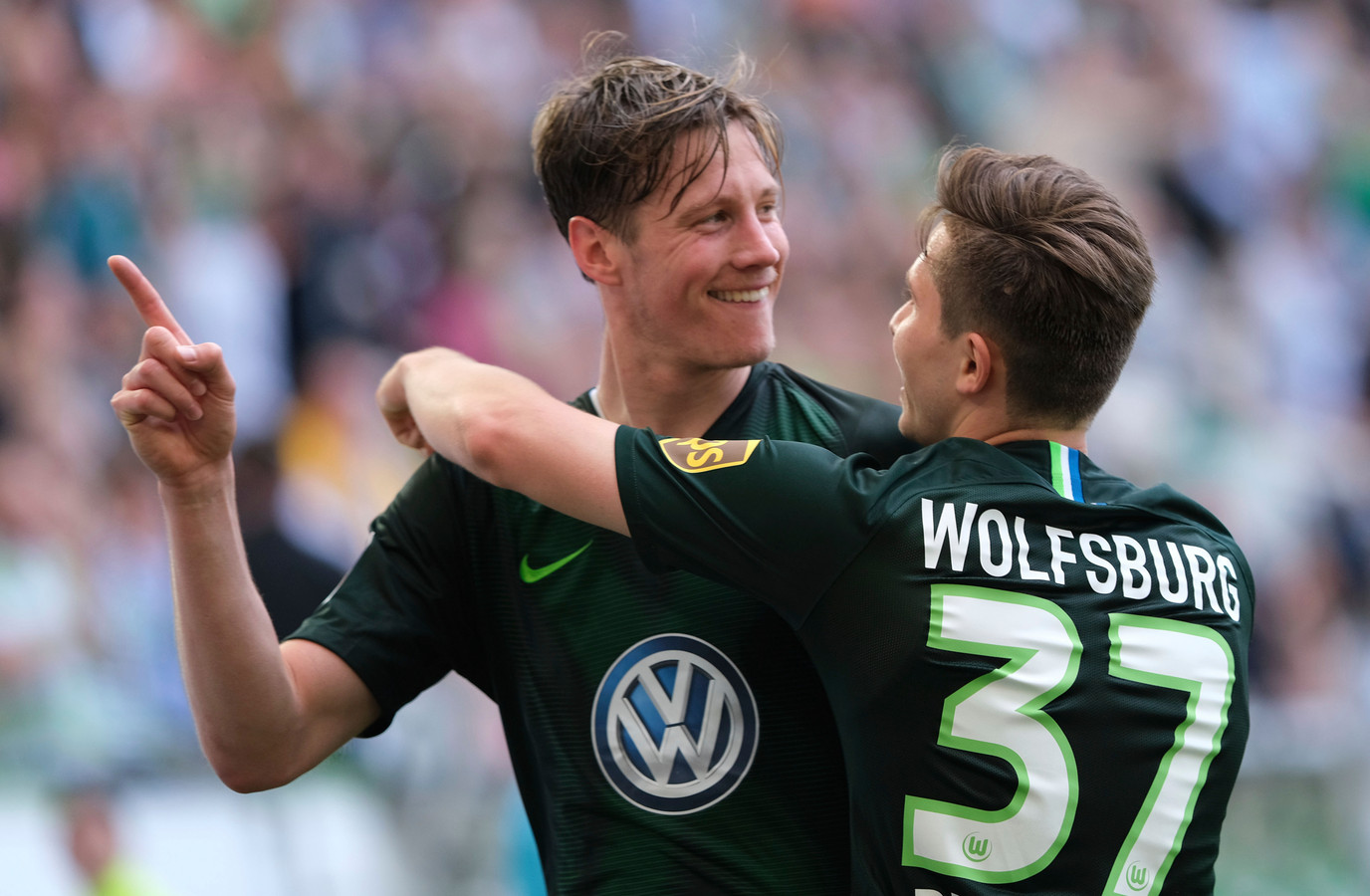 Wout Weghorst juicht nadat hij tegen Augsburg zijn 17de goal van het seizoen heeft gemaakt.