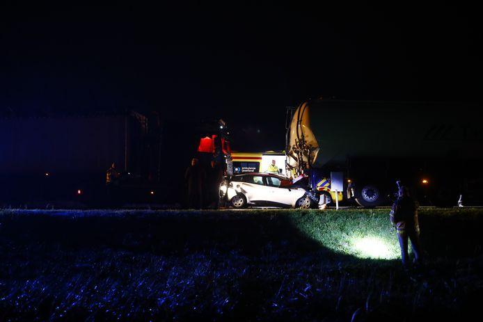 De auto belandde tussen twee vrachtwagens op de N50.