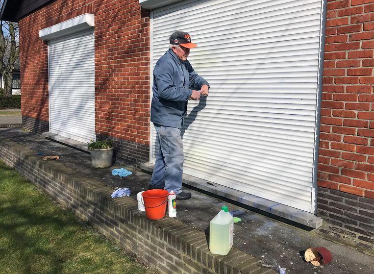 Zeep, javel en schuurpapier. Karel Peeters uit de Vogelzangstraat haalt de grove middelen boven om zijn rolluiken schoon te maken.