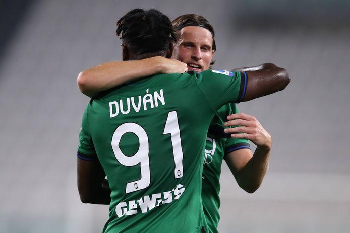 Duván Zapata wordt na zijn goal omhelst door Hans Hateboer.